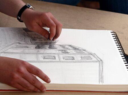outline drawing: Ragazza disegnare un edificio. Immagine presa a Porto  Portogallo.