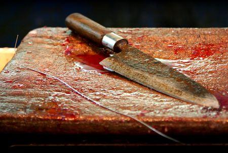 gory: Sanguinosa coltello con manico in legno posa sul tavolo