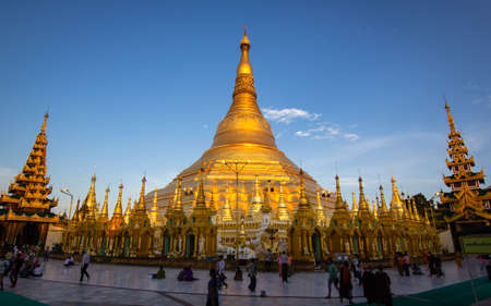YANGON, MYANMAR - 17. MAI 2018: Schönes Sonnenlicht an der Shwedagon-Pagode, Yangon, Myanmar. Editorial