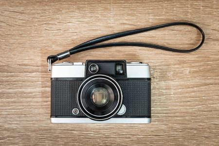Cámara de película vintage sobre mesa de madera.