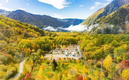 Beautiful scenic view from Shin-Hotaka ropeway in autumn Imagens