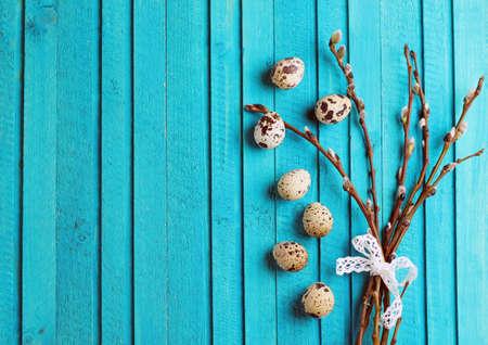 codorniz: Concepto Pascua feliz. Huevos de codorniz y de la rama de sauce sobre un fondo de madera. Enfoque selectivo. Copiar el espacio nota