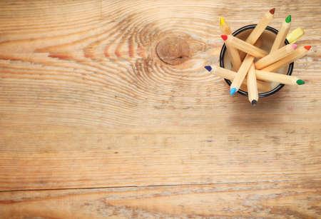niños con lÁpices: Aún así la vida, los negocios, el concepto de educación. Lápices en una taza sobre una mesa de madera. Atención selectiva, copia espacio de fondo, vista desde arriba