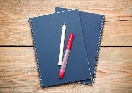 pencil paper: A�n as� la vida, los negocios, el concepto de educaci�n. Bloc de notas, l�piz, rotulador sobre una mesa de madera. Atenci�n selectiva, copia espacio de fondo, vista desde arriba Foto de archivo