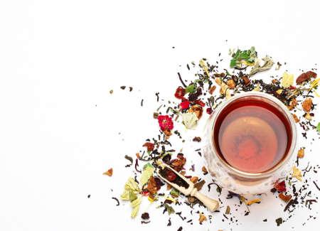 Stilleven, eten en drinken concept. Diverse soorten thee op een witte achtergrond. Selective focus, kopiëren ruimte achtergrond, bovenaanzicht Stockfoto