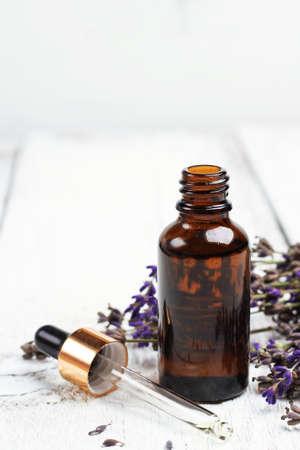 espliego: Todavía vida, la salud y la belleza, concepto de spa. Lavanda seca y aceite en una mesa de madera blanca. Enfoque selectivo, espacio de copia de fondo