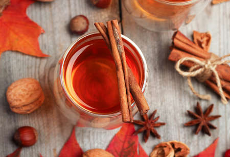 calor: Naturaleza muerta, comida y bebida, el concepto de temporada y los d�as festivos. Oto�o bebida caliente en un vaso con frutas y especias sobre un fondo de madera. Enfoque selectivo, vista superior
