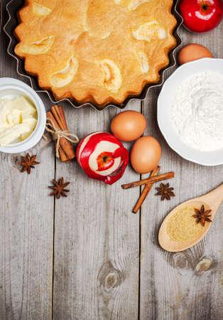 manzana: Todav�a vida, comida y bebida, el concepto de temporada. Ingredientes para el pastel de manzana (manzana roja, harina, mantequilla, huevos, az�car de ca�a marr�n) sobre una mesa de madera r�stica. Atenci�n selectiva, copia espacio de fondo, vista desde arriba
