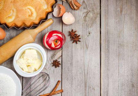 menu de postres: Naturaleza muerta, comida y bebida, el concepto de temporada. Ingredientes para el pastel de manzana (manzana roja, harina, mantequilla, huevos) en una mesa de madera rústica. Enfoque selectivo, espacio de copia de fondo, vista desde arriba