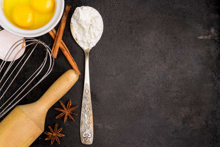 harina: El bicarbonato de fondo con los ingredientes, azúcar, harina, huevos, mantequilla, especias para pastel, pastel de Pascua, galletas sobre una mesa grunge. Atención selectiva, copia espacio, vista desde arriba