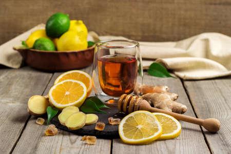 thee en ingrediënten op een zwarte grunge stenen tafel gember. selectieve aandacht Stockfoto