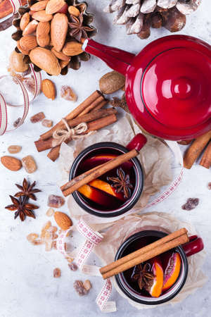punch spice: Hot mulled wine in a red mug for winter and fall holidays. Christmas drink in rustic style. Selective focus, top view, overhead flat lay Stock Photo