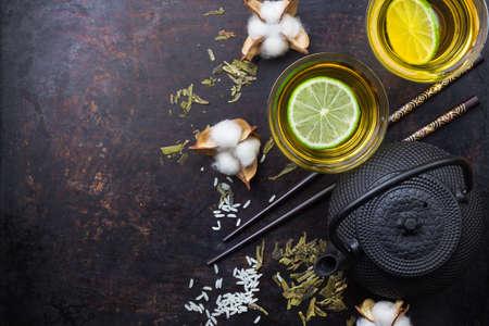 日本中国茶のティーポット寿司箸米グランジ テーブルの上。選択と集中、コピー領域の背景、フラット トップ ビューのオーバーヘッドを置く
