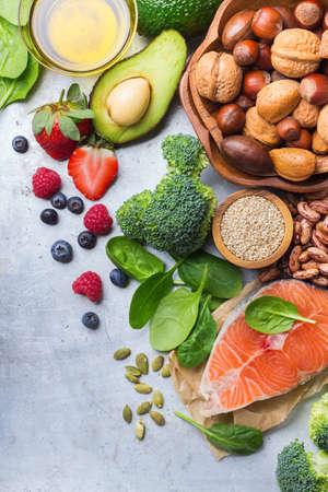 心の健康食品の選択、サーモン アボカド オリーブ オイル カボチャ種ナッツ ブロッコリー緑のほうれん草果実白い素朴なテーブル。コピー領域の背