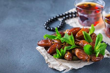 Ramadan ramazan kareem. Traditional arabic tea with mint and dates for iftar party holidays. Copy space background Standard-Bild