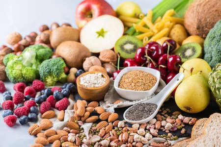 Gezond uitgebalanceerd dieetconcept. Selectie van veganistisch voedsel met rijke vezelbronnen. Groenten fruit zaden bonen ingrediënten voor het koken