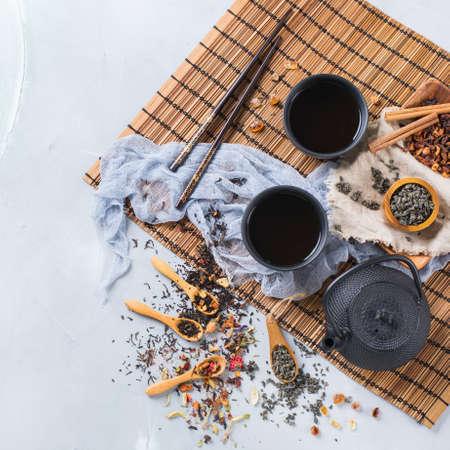 Essen und Trinken, Stillleben Konzept. Auswahlsortiment der japanischen chinesischen Kräutermasala-Teeinfusiongetränke-Teekanne auf dem Tisch. Draufsicht flach legen