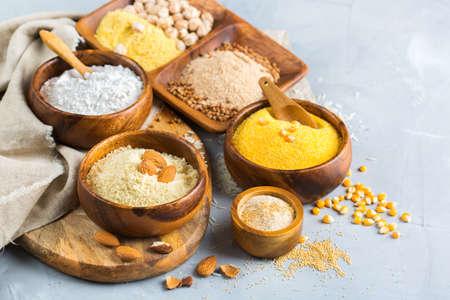 Alimentation saine, régimes amaigrissants, concept alimentaire équilibré. Assortiment de farine sans gluten, amande, maïs, riz sur une table