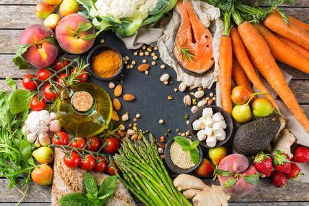 Concetto di nutrizione equilibrata per una dieta mediterranea flessibile e flessuosa. Assortimento di ingredienti alimentari sani per cucinare su un tavolo da cucina. Sfondo piatto vista dall'alto Archivio Fotografico
