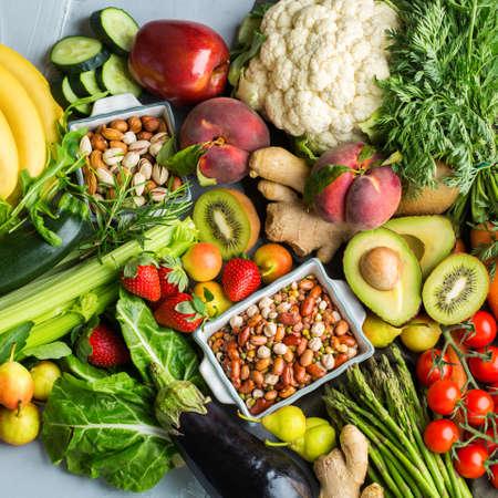 Ausgewogenes Ernährungskonzept für eine saubere alkalische Ernährung. Auswahl an gesunden Lebensmittelzutaten zum Kochen auf einem Küchentisch. Draufsicht flach legen Hintergrund