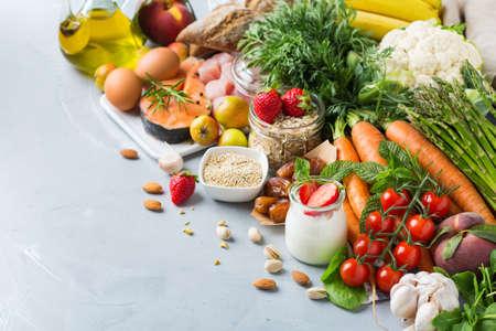 Concepto de nutrición equilibrada para la dieta mediterránea flexitariana de alimentación limpia DASH para detener la hipertensión y la presión arterial baja. Surtido de ingredientes alimentarios saludables para cocinar en la mesa de la cocina.