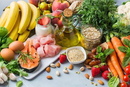 Concetto di nutrizione equilibrata per DASH clean eating dieta mediterranea flessibile per fermare l'ipertensione e la pressione bassa. Assortimento di ingredienti alimentari sani per cucinare su un tavolo da cucina. Archivio Fotografico