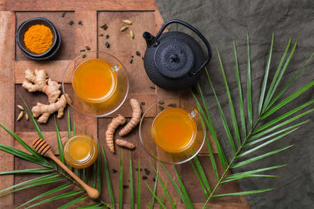 Healthy immune system booster, cold and flu remedy. Turmeric ginger lemon beverage, anti inflammatory smoothie, autumn and winter drink. Detox, clean eating, dieting concept. 写真素材 - 154892741