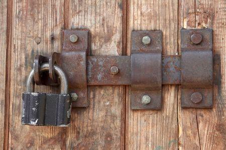 puertas antiguas: Bloqueo de puertas antiguas de madera granero  Foto de archivo