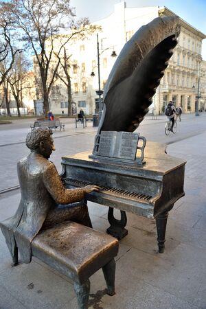 Lodz, Poland, December 12, 2018: Monument pianist Arthur Rubinstein, Piotrkowska Street Standard-Bild - 128667686