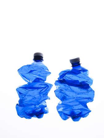 mehrere stürzte blaue Kunststoff-Flaschen auf dem weißen Hintergrund