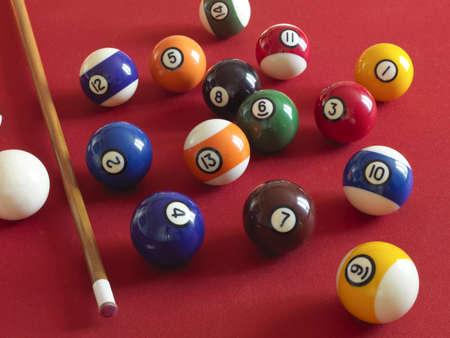 boules numérotées sur une table de billard avec le tapis rouge
