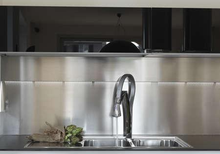 Artischocke für die Stahl Senke im modernen Küche Lizenzfreie Bilder