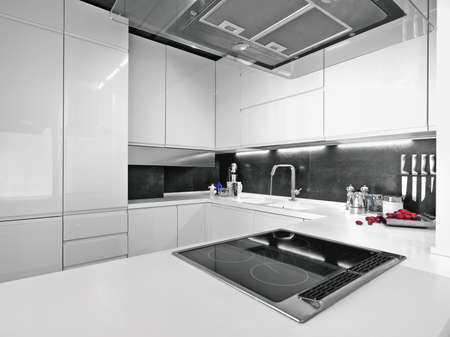 cuisine: blanc cuisine moderne avec aplpiances acier