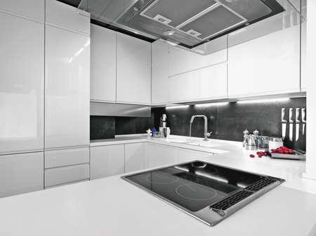 weißen moderne Küche mit Stahl aplpiances Standard-Bild