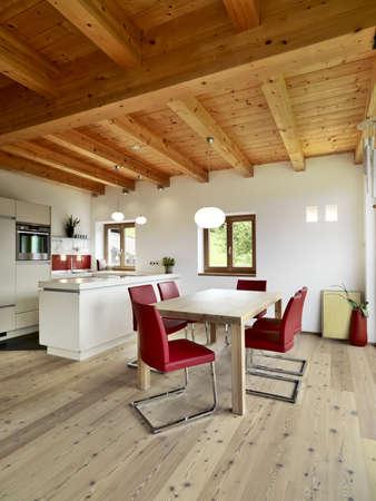 moderne Küche im Dachgeschoss mit Holzfußboden