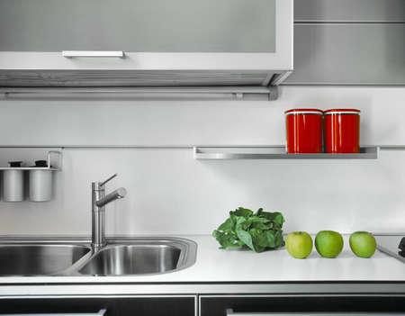 Detail der Spüle und Wasserhahn in einer modernen Küche Standard-Bild