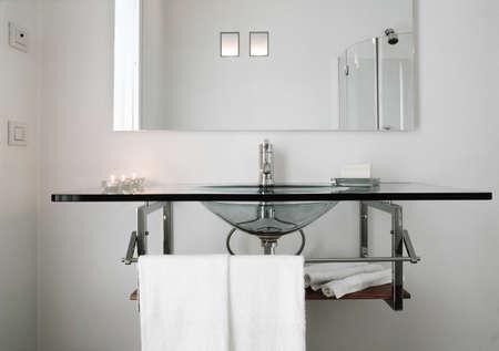 lavabo in vetro di un bagno moderno