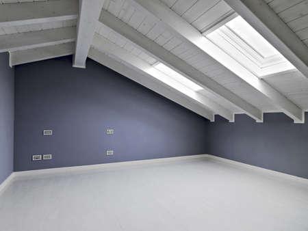 leeren Raum im Dachgeschoss mit Holzdecke