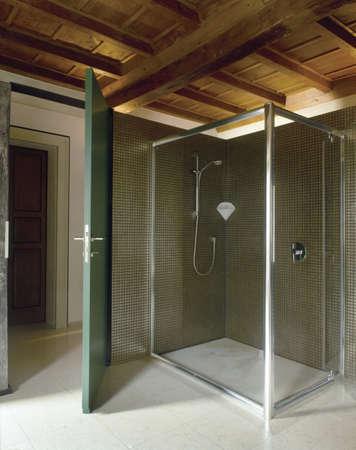 Duschkabine in einem modernen Badezimmer im Dachgeschoss Lizenzfreie Bilder