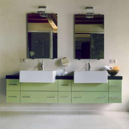 grünen Möbeln in einem modernen Badezimmer