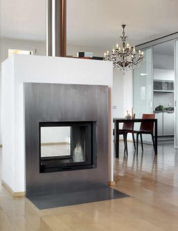 Moderne Kamin mit Esstisch