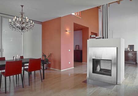 modernen Speisesaal mit Holzfußboden und Kamin