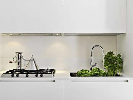 Gemüse in der Stahl-Spüle in einer modernen Küche Standard-Bild