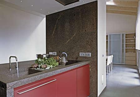 moderne Küche mit Marmor-Arbeitsplatte in der Dachkammer
