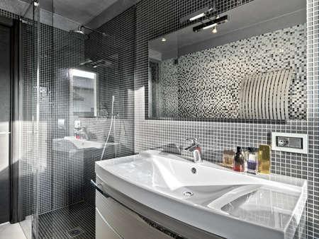 Detail der Waschbecken in einem modernen Bad mit Duschkabine Glas Lizenzfreie Bilder
