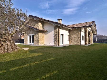moderne Villa mit Olivenbäumen im Garten