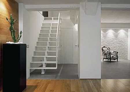 modernes Wohnzimmer mit stairase und Sessel Lizenzfreie Bilder