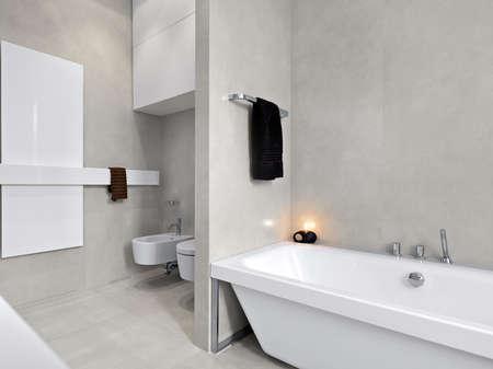 moderne Badewanne in einem modernen Badezimmer mit Blick auf Sanitär-und Marmorboden Lizenzfreie Bilder