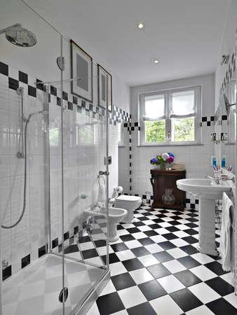 modernes Badezimmer Schwarz und Weiß