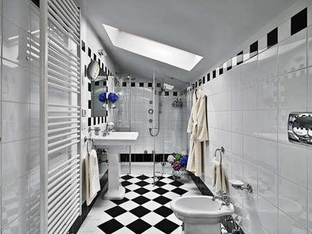 modernes Badezimmer Schwarz und Weiß auf Dachboden